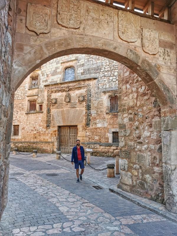 Arco y Palacio de los Contreras